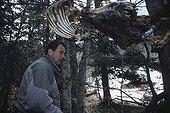 Inspection d'un appât à Ours pour confirmer leur présence ; Garde de l'ONCFS : Etienne Dubarry. Confirmation de la présence d'ours dans une zone où des observations ont été rapportées.