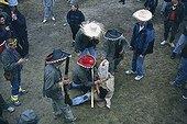 """Carnaval """"La journée de l'ours"""" à Prats de Mollo ; Reportage sur """"La diada de l'os"""" - la journée de l'ours - le carnaval. Les préparatifs ont lieu sur une colline au-dessus du village dans le Vieux Fort Lagarde"""