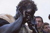 """Carnaval """"La journée de l'ours"""" à Prats de Mollo ; Reportage sur """"La diada de l'os"""" - la journée de l'ours - le carnaval. Les visages et les mains des ours sont enduits de suie et d'huile"""