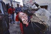 """Carnaval """"La journée de l'ours"""" à Prats de Mollo ; Reportage sur """"La diada de l'os"""" - la journée de l'ours - le carnaval. Les quatres ours se lancent dans les rues du village, à la poursuite de la population, pour marquer de leurs pattes les peaux blanches"""