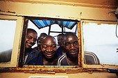 Pêcheurs de crevette dans un châlutier Mozambique
