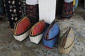 Paniers de transports des Coqs de combat Bali Indonésie ; Les combats de coqs, interdits en Indonésie, profitent d'une tolérance sur<br>l'île de Bali. Le combat (tetadjen ou sabungan) a lieu dans une arène carrée<br>de 6 mètres de coté, dans un programme composé de 9 ou 10 matches (sehet). Une<br>dizaine d'hommes pénètrent dans l'arène. Chacun portant un coq et recherchant<br>un adversaire idéal. On attache à chaque coq son éperon (tadji) de 10 à 12 cm.<br>Leur fixation requiert un savoir faire particulier, celui des éperonniers peu<br>nombreux. Les combats sont régis par des règles minutieuses et ancestrales. Une fois un coup décisif porté, les coqs sont séparés.