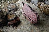 Panier de transports de Coqs de combat Bali Indonésie ; Les combats de coqs, interdits en Indonésie, profitent d'une tolérance sur<br>l'île de Bali. Le combat (tetadjen ou sabungan) a lieu dans une arène carrée<br>de 6 mètres de coté, dans un programme composé de 9 ou 10 matches (sehet). Une<br>dizaine d'hommes pénètrent dans l'arène. Chacun portant un coq et recherchant<br>un adversaire idéal. On attache à chaque coq son éperon (tadji) de 10 à 12 cm.<br>Leur fixation requiert un savoir faire particulier, celui des éperonniers peu<br>nombreux. Les combats sont régis par des règles minutieuses et ancestrales. Une fois un coup décisif porté, les coqs sont séparés.