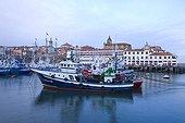 Bateaux de pêche dans le vieux port de Bermeo Espagne