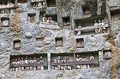 Falaise mortuaire et Tau Tau en pays Toreja Sulawesi ; Les Tau Tau sont des effigies représentant les défunts