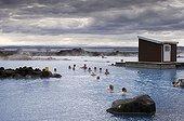 Bain dans les sources chaudes géothermiques Islande