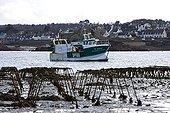 Chalutier et Parcs à huîtres désafectés Bretagne France