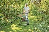The lawn mowing helical The Garden Valerian ; Man : Michel Tissait <br>Le Jardin de Valériane