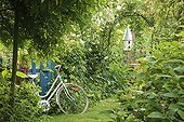 Cycling on the gate and birdhouse Le jardin des Lianes ; Le jardin des lianes