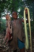 Pygmy children Baaka bringing decision-huntingCameroon ; In hunting, when he's not great hunt, the male children can participate. Hunting is still practiced with the lance and with the help of dogs.
