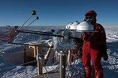 Chercheur et instruments scientifiques Concordia Antarctique ; Opérations de maintenance sur des instruments mesurant l'énergie solaire reçue près de la station