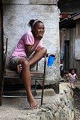 Adolescente dans un bidonville Nlle-Guinée Occidentale