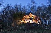 Maison écologique en forme de dôme géodésique la nuit ; Eclairage solaire