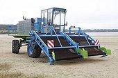 Machine to pick up the green algae Britain France