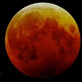 Full Moon copper during a total eclipse ; During a total lunar eclipse, the moon takes the copper color. The bottom of the Moon is the darkest side, proof that the center of the Earth's shadow is located nearby.