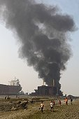 Explosion on a ship breaking yards in Bangladesh ; An explosion occurred on December 26, 2009 an oil tanker, killing 6 people. <br>On the shores of Bay of Bengal in the south-eastern Bangladesh, near Chittagong, are the demolition of vessels. The industry is controversial once considered delicate and specialized, concentrated in developed countries, it was moved in the 1980s on the coast of Pakistan, India and Bangladesh, to minimize costs. The positive economic and environmental impact of the recycling industry is controversial because offset by violations of human rights and labor and environmental pollution. This industry is the deadliest in the world.