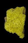 Soufre natif sur fond noir El Desierto Bolivie ; D'une grande importance économique dans la fabrication de pulvérisations de fongicides, la vulcanisation du caoutchouc et la production d'acide sulfurique