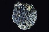Azurite originaire de Chessy France ; Sous-classe des Carbonates. Dimension : 5 cm de large. Collection École des mines
