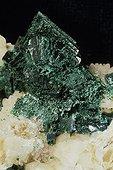 Malachite originaire de Onganga en Namibie ; Dimension : 3,5 cm de large. Collection École des mines