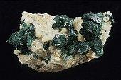 Malachite originaire de Onganga en Namibie ; Dimension : 11 cm de large. Collection École des mines