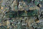 Diopside dans une pyrrhotite originaire de Finlande ; Longueur : 5 cm. Collection : Ecole des mines.