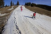 Skiing with lack of snow in the foothills of the Alps fribougeoises
