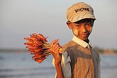Garçon vendant des Gambas Plage de Chaung tha en Birmanie
