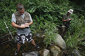 Observation des Salamandre géante du Japon dans une rivière ; Le chercheur Sumio Okada s'est intéressé à l'existence des différentes classes d'âges dans un même cours d'eau et tente de comprendre quels sont les critères qui font d'un cours d'eau un lieu favorable à la reproduction et au développement des salamandres. Grâce à la télémétrie les mouvements des animaux sont consignés et analysés.