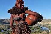 Jeune femme Himbas assurant une corvée d'eau Namibie ; Aux chutes d'Epupa de la rivière Kunene, frontière naturelle avec l'Angola. Environ 8 000 Himbas vivent dans cette région.
