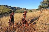 Jeunes femmes Himbas assurant une corvée d'eau Namibie ; Aux chutes d'Epupa de la rivière Kunene, frontière naturelle avec l'Angola. Environ 8 000 Himbas vivent dans cette région.