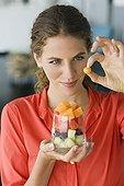 Femme portant une salade de fruits