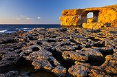 Arche naturelle Azur window et rivage érodé Gozo Malte