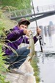 Pêche de carnassier au leurre artificiel Strasbourg France ; street fishing