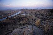 Biotope de l'Oryctérope RN Tussen-die-Riviere Afrique du Sud ; Très variée, elle est délimitée par deux rivières (ici, la rivière Orange), des plaines s'étalant au pied de reliefs... Les oryctéropes évitent les zones rocheuses ou trop caillouteuses (ils ne peuvent pas y creuser). Cependant certains individus ont été observés traversant exceptionnellement cette ligne rocheuse afin d'exploiter la zone en contrebas (sinon, ils la contournent).