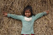 Fillette dans le foin Région de Skun Cambodge
