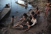 Enfants jouant sur les bords du Mékong Kompong Cham Cambodge