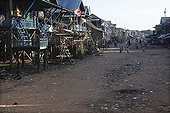 Village de Kompong Khleang à la saison sèche Lac Tonlé Sap