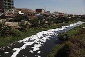 Pollution au détergent dans une rivière Phnom Penh Cambodge