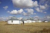 """Village de yourte et Centrale électrique Mongolie Interieure ; Les villages de """"yourtes"""" mongoles pour touristes fleurissent un peu partout en Mongolie Intérieure. Les plus grosses structures proposent des séjours organisés en pension complète avec randonnées à cheval, balades en Kayak, spectacles de danses et chants """"traditionnels"""" mongols, etc. Ce développement de l'écotourisme en Mongolie Intérieure a le mérite d'informer le grand public sur l'évolution de la steppe, et permet à certaines familles mongoles de diversifier leurs revenus, voire d'en faire leur métier. La saison touristique en Mongolie intérieure est très courte, à cheval entre le printemps et l'été, lorsque la steppe est verdoyante. Hors de cette période, rares sont les touristes à fréquenter cette région."""