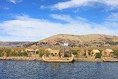 Iles flottantes Uros et pirogues en roseaux - Pérou ; les flottantes Uros occupée jadis par le peuple Uros aujourd'hui disparu. abandonnant leur terre de roseaux aux Indiens Aymaras de Puno. Ces derniers occupent les îles flottantes à des fins touristiques, en y perpétuant les traditions Uros