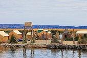 Iles flottantes Uros en roseaux - Lac Titicaca Pérou ; les flottantes Uros occupée jadis par le peuple Uros aujourd'hui disparu. abandonnant leur terre de roseaux aux Indiens Aymaras de Puno. Ces derniers occupent les îles flottantes à des fins touristiques, en y perpétuant les traditions Uros