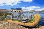 Barque traditionnelle Uros en roseaux - Lac Titicaca Pérou ; les flottantes Uros occupée jadis par le peuple Uros aujourd'hui disparu. abandonnant leur terre de roseaux aux Indiens Aymaras de Puno. Ces derniers occupent les îles flottantes à des fins touristiques, en y perpétuant les traditions Uros