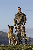 Gendarme et chien spécialisé dans la défense et la recherche ; Chien : Démon, spécialisé dans la défense et la recherche de stupéfiants et de billets. Equipe cynophile de la Gendarmerie du GIC06