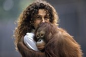 Marie-Claude Bomsel and Ralfone ; Marie-Claude Bomsel is veterinarain in the ménagerie du jardin des plantes.<br>Ralfone, the Orang-utang have been treated at the ménagerie after an illegal trade. She was relased in her natural home at Bornéo a few years after.