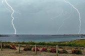 Orage au dessus de la Manche en été - Pointe Bretonne France ; Superposition de 2 photos de 1/13 secondes déclenchées au détecteur d'éclair.
