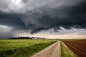 Severe thunderstorm over the campaign in the spring - France ; Formation of a supercell with inflow band that feeds it. Formation of an imposing wall cloud. Observation of a wall cloud also developed remains rare in France.