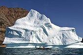 Kayak de mer devant un Iceberg - Nordvest fjord Groenland