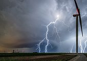 Eclairs extranuageux et éoliennes en été - France ; mésocyclone supercellule