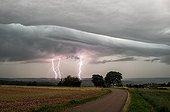 Orage et éclairs au dessus de la campagne en été - France ; Orage qui est devenu extrême dans l'après-midi en passant la frontière Allemande. 14cm de grêle ramassée en Allemagne.