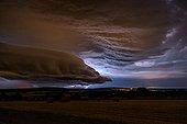 Orage au dessus de la campagne en été - France ; Supercellule d'une durée de vie de plus de 5 heures.